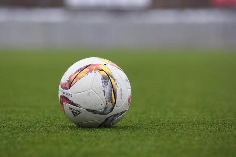 ball_football_grass-1267380.jpg
